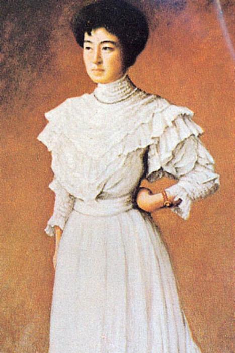 У Садаякко было почти европейское воспитание, и она охотно носила модные западные платья.