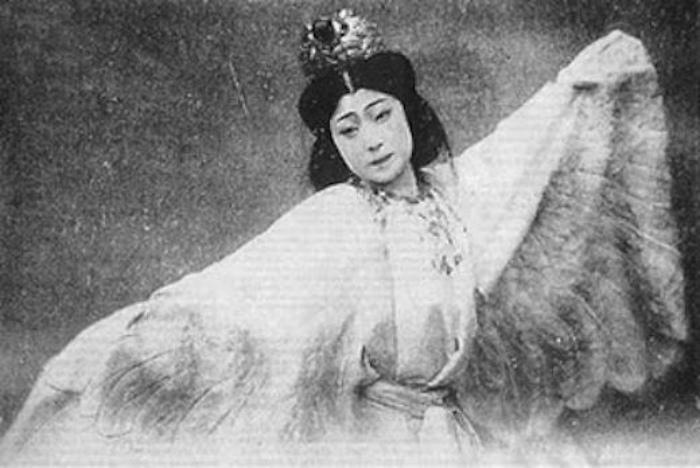 Садаякко прославилась как актриса, но начала она как гейша.