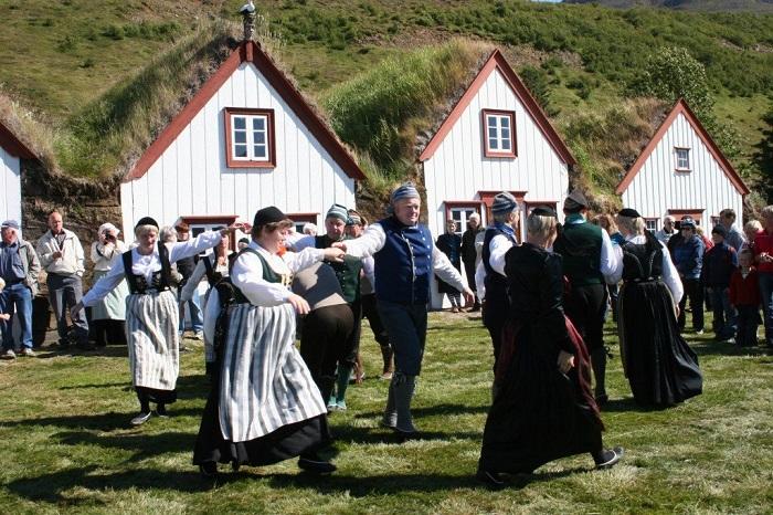 Датское меньшинство Исландии выделяется не только языком, но и тем, что датчане практически никогда не бывают язычниками, в отличие от исландцев.