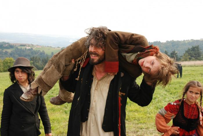 Люди очень хотят верить, что цыгане воруют детей. Кадр из фильма Тони Гатлифа «Сам по себе». Девочка справа — этническая цыганка из Румынии.