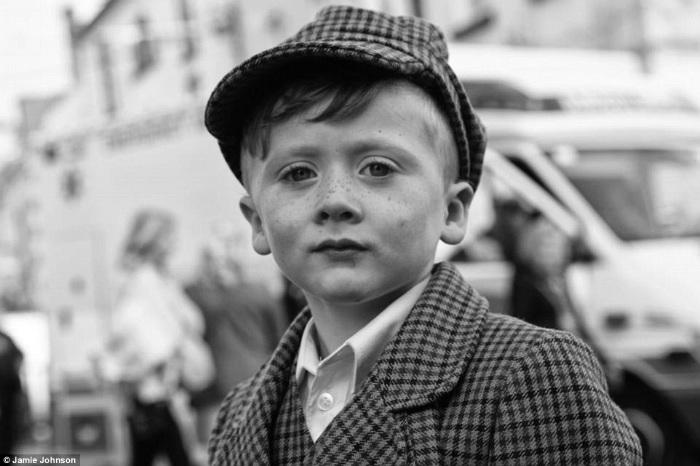 Цыганами в Ирландии называют как цыган, так и кочующее кельтское племя пэйви. В отличие от пэйви, цыгане предпочитают жить в домах. Из двух таких домов и изъяли детей. Фотография мальчика-пэйви от Джейми Джонсона.