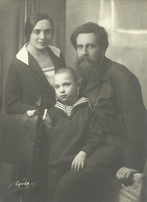 Отто Юльевич с женой и сыном Воликом.