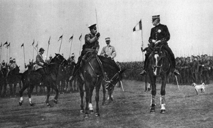 Максим Леонтьев приветствует французских союзников во время Первой Мировой войны.