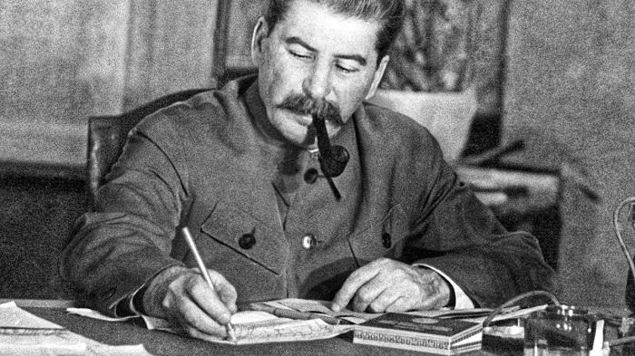 На одной из самых знаменитых фотографий Сталина, возможно, изображён двойник.