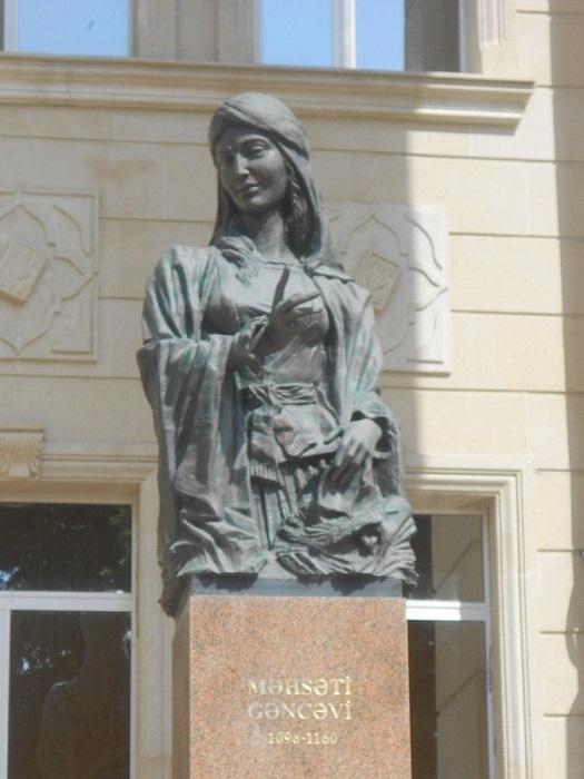 Памятник Мехсети Гянджеви.