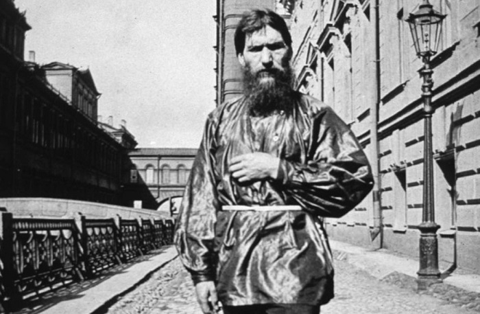 Редкая фотография Григория Распутина в шёлковой рубашке.