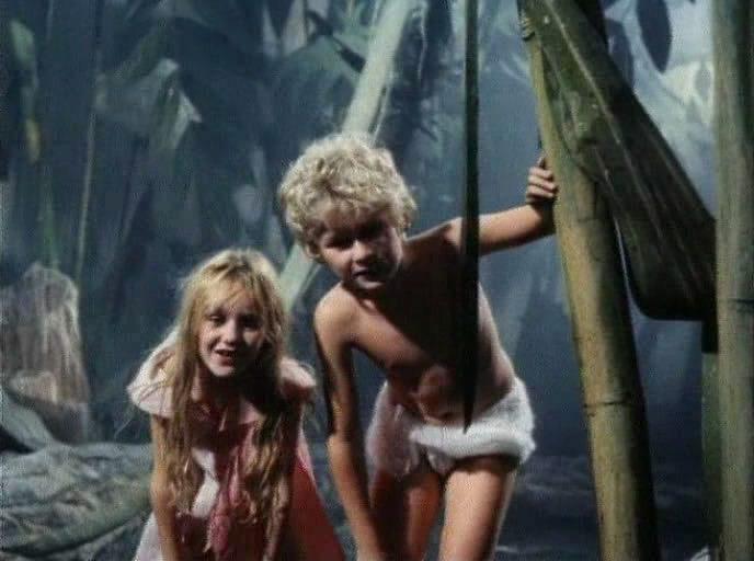 До советских детей доходили слухи и про Чикатило, и про Сливко, но они всё равно не находили ничего странного в поведении Карика и Вали. Кадр из фильма, снятого по книге.