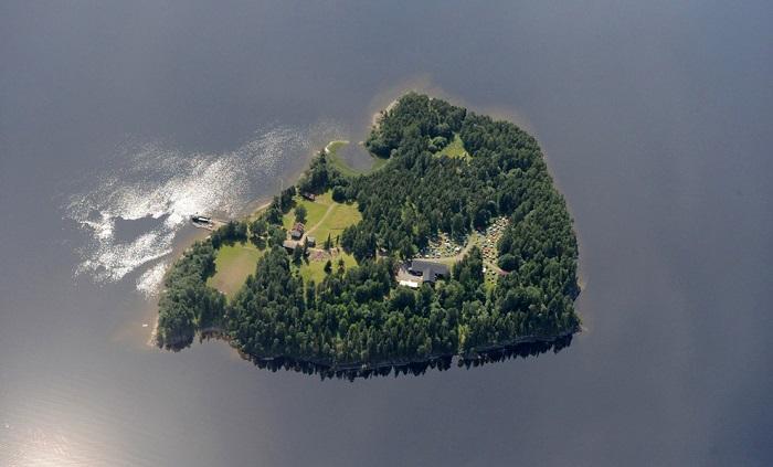 Многие выжили, потому что бросились с крутых берегов острова в холодную воду. По счастью, держаться на воде и терпеть холод умеет каждый подросток в Норвегии.