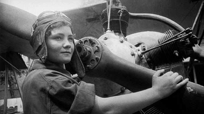 Воспоминания лётчиц зачитываются актрисами-дикторами от первого лица, что превращает фильм почти в художественный.