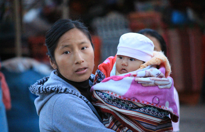 У женщин в бывшей стране инков изменились одежда и обращение с детьми, но не лица