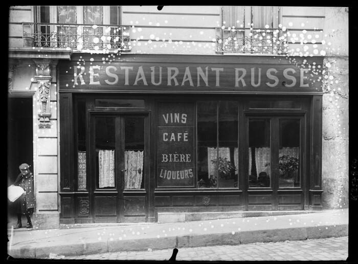Русский ресторан в Париже. Большой ассортимент спиртного.