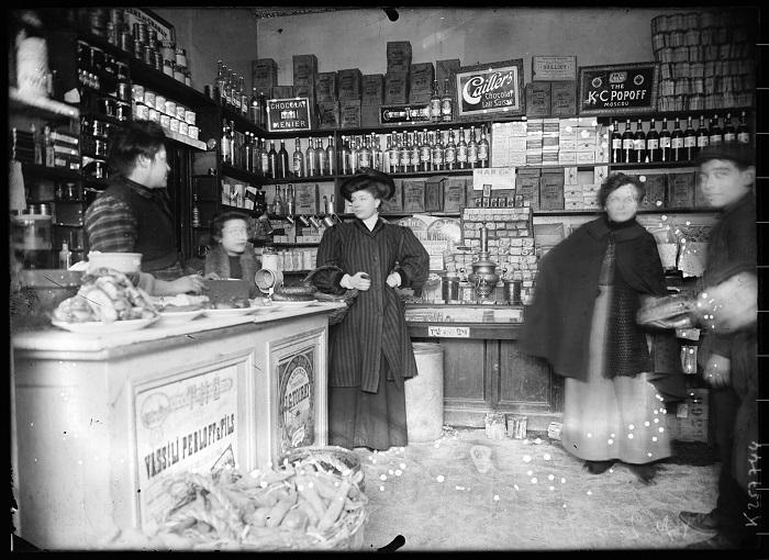 Русский магазин в Париже.