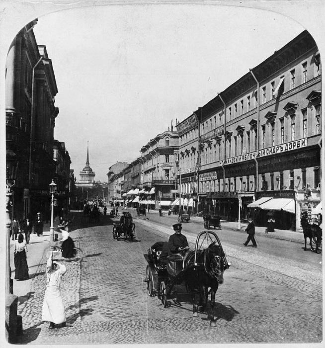 Санкт-Петербург поразил писателя широкими улицами.