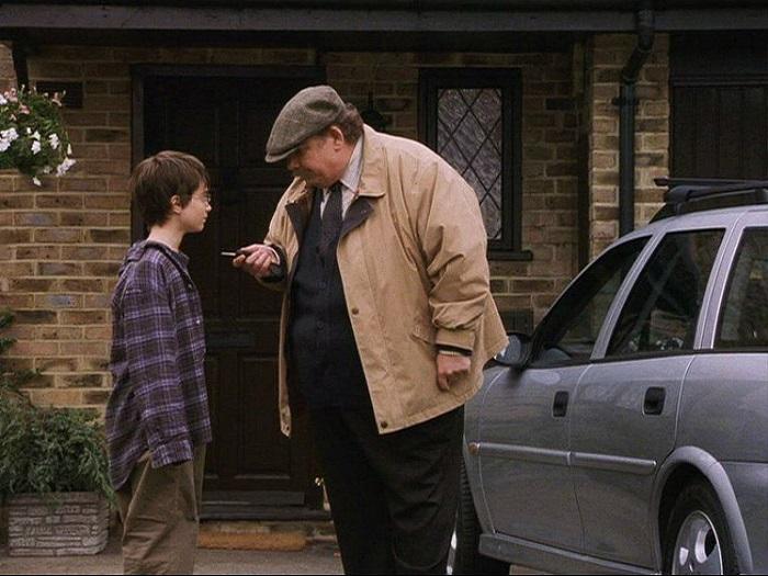 Гарри Поттеру внушали, что он ни на что не годится, с малых лет, так что он смущается от чужой доброты и, тем более, восторга.
