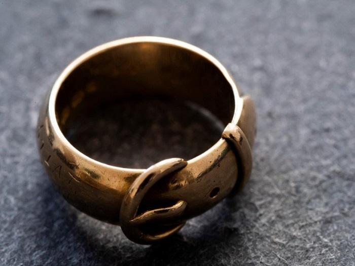 Кольцо, которое Оскар Уайльд подарил своему однокласснику. Хранится в музее колледжа.