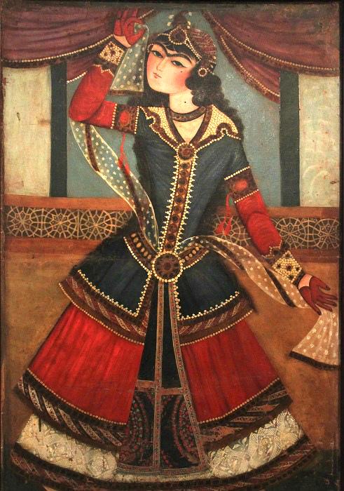 Танцовщица в *европейской* одежде. Девушка играет с кистями пояса - ещё один игривый, отчётливо эротизированный для восточной культуры жест.