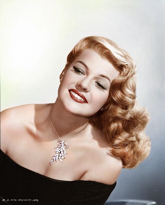 Поскольку охотно снимали только *белых* женщин, Хейуорт удаляла волосы со лба, лица и по всему телу, отбеливала кожу и красила шевелюру, чтобы иметь возможность получать главные роли.