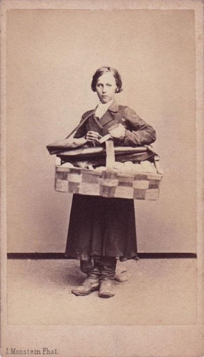 Торговали и мальчики, особенно в России это было популярно. Фото Иосифа Монштейна.