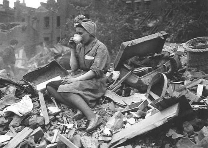 Через три года после снимки Лондон, где жили все пятеро мальчиков, регулярно подвергался бомбёжкам. К сожалению, неизвестна судьба женщина на легендарной фотографии, посвящённой этим событиям. Известно только, что она сидит на развалинах собственного дома и кто-то угостил её чаем, чтобы немного утешить.