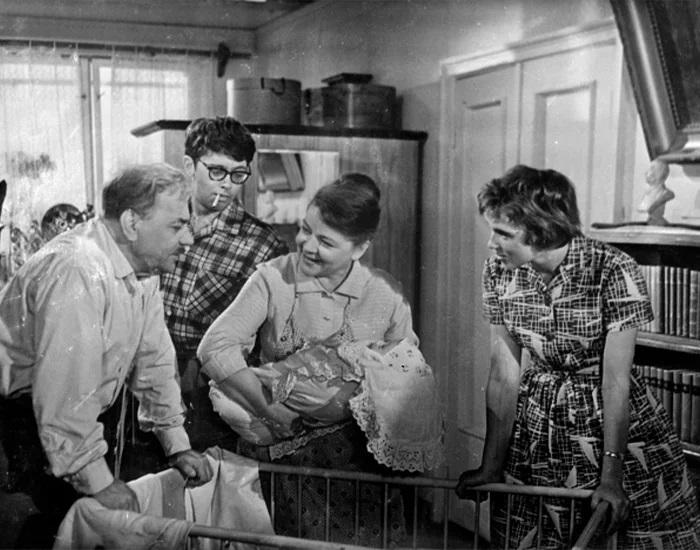 Лишение родительских прав из-за ненадлежащего ухода за детьми в СССР практиковалось. Кадр из фильма *Взрослые дети*.
