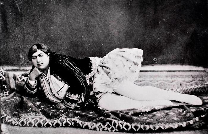 Держал ли иранский шах гарем с усами: Миф и правда о популярных фотографиях.