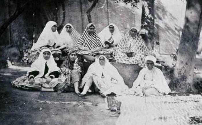 Некоторые фотографии жён похожи на те, которые в двадцатом веке делали на память об отдыхе в санатории.