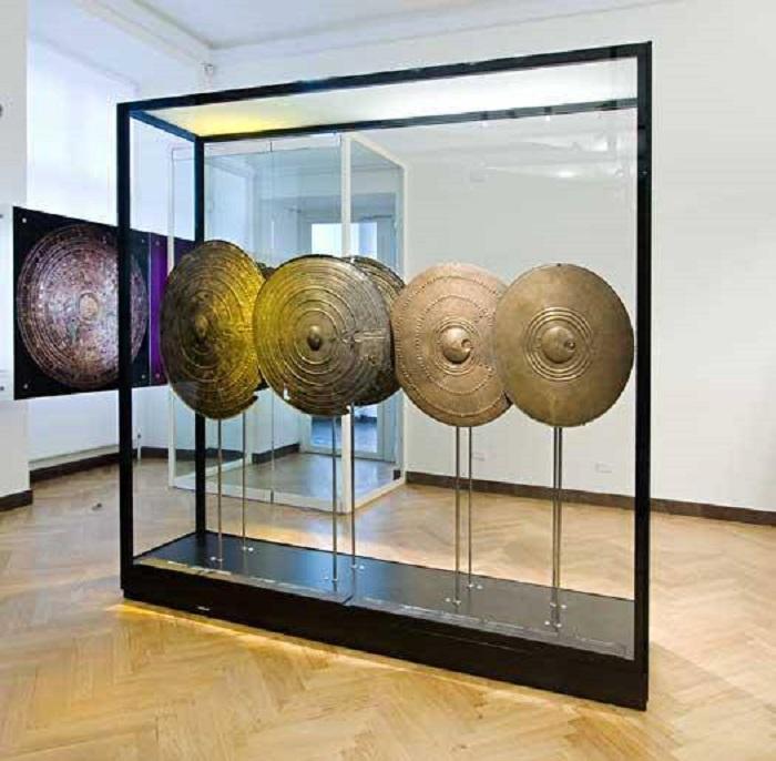 Ритуальные щиты в музее в Копенгагене.