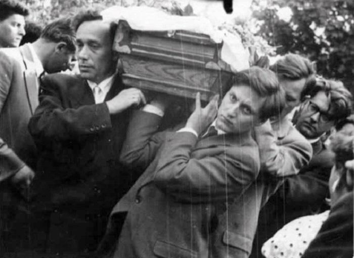 Евгений и Леонид Пастернаки несут гроб своего отца.