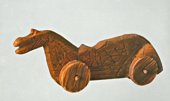 Обломки игрушечных лошадок часто находят в раскопках под Новгородом или в Старой Ладоге.