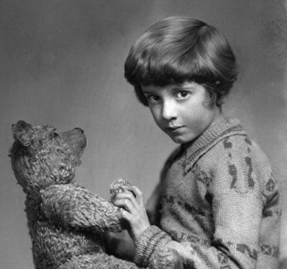 Кристофер Робин со своим мишкой