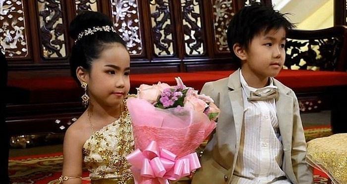 Недавно в Тайланде поженили шестилетних брата и сестру.