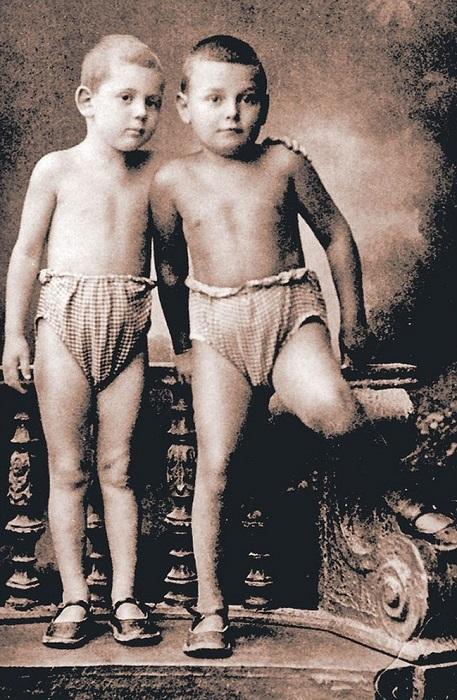 Василий Сталин и его приёмный брат Артём Сергеев в садике.