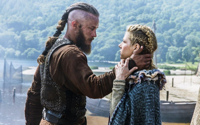 Викинги заплетали волосы, кроме того, среди них, вероятно, встречались девушки. Кадр из сериала «Викинги».