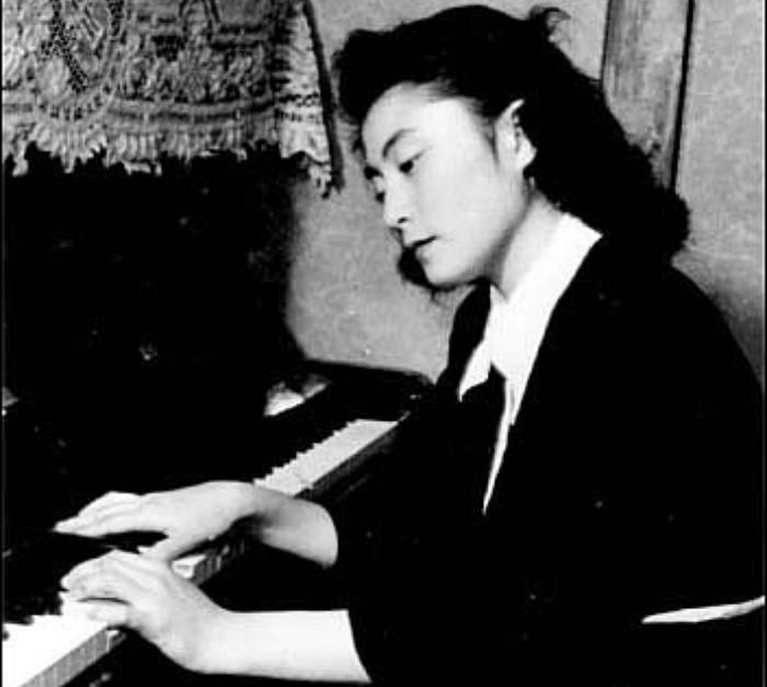 Йоко учили играть на пианино, которое она ненавидела так сильно, что даже притворно падала в обмороки, чтобы прогулять урок