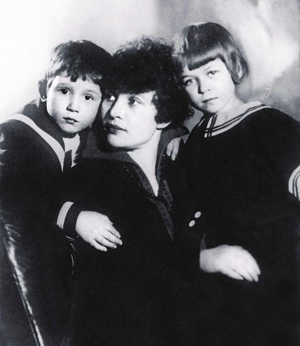 Зинаида Райх с детьми от Есенина.