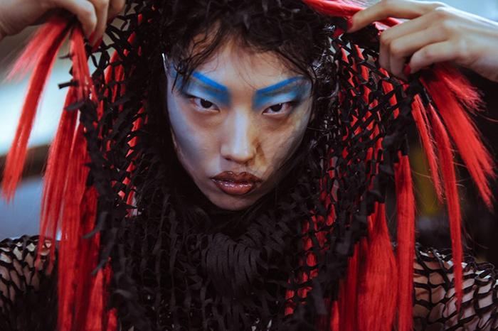 Прическа модели на показе Гарета Пью.
