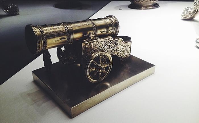 Серебряная модель пушки с гравировкой и чеканкой.