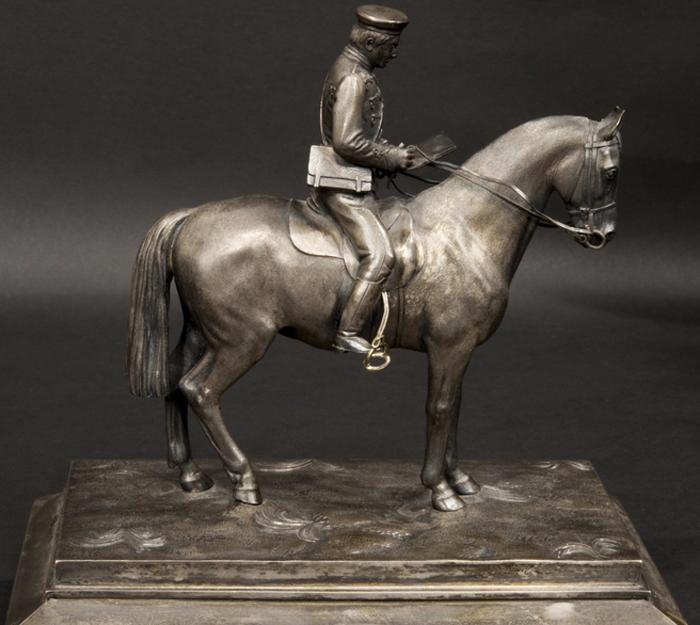 Всадник на коне.