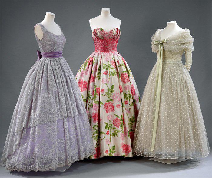 В центре - платье, созданное Пьером Бальменом.