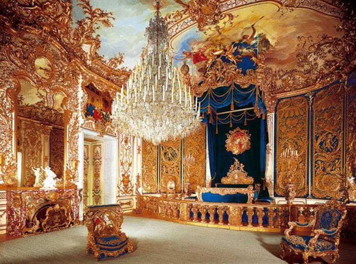 Спальня Людвига с огромной кроватью под балдахином.