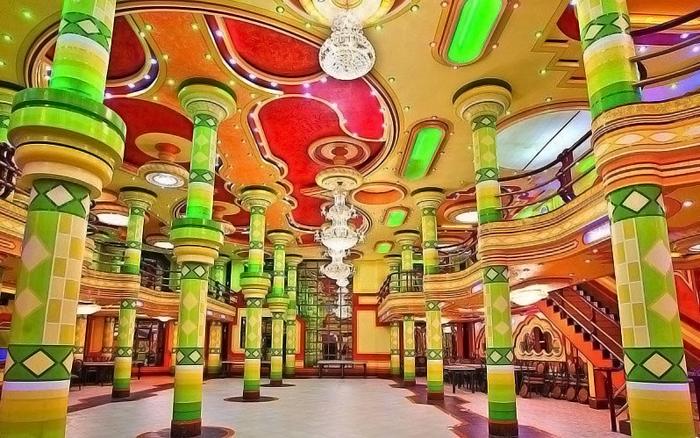 Один из разноцветных интерьеров Фредди Мамани.