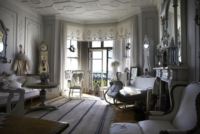 Интерьер в густавианском стиле.