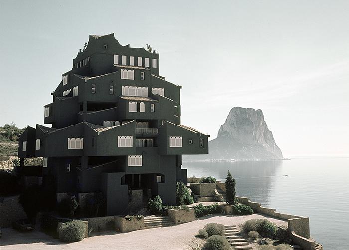 Xanadu - оммаж старинной испанской архитектуре.