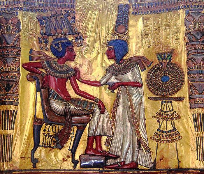 Тутанхамон с супругой.