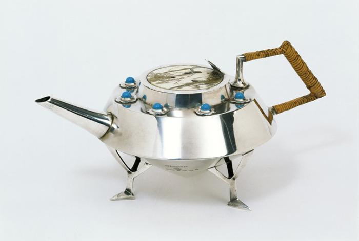 Металлический чайник.