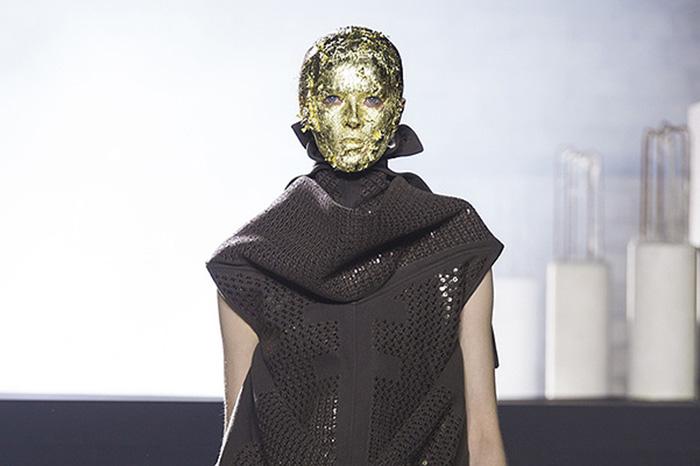 Золотая маска на лице модели - протест против использования женской наготы.