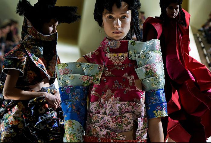 Сейчас Кавакубо использует богатую палитру цветов.