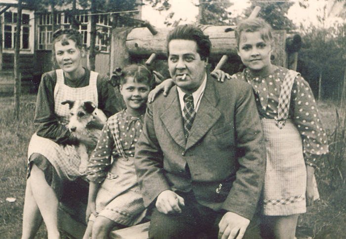 Юрий Васнецов с семьей.