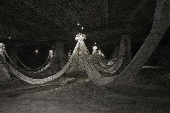 Инсталляция художницы с использованием черных нитей.