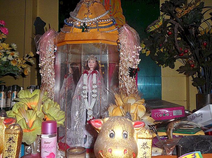 Часовня, где хранится эта Барби, возведена в память о погибшей немецкой девочке.